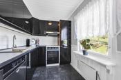 Avsatt plass til komfyr, oppvaskmaskin og kjøleskap. Opplegg og plass til vaskemaskin.