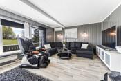 Stuen er et lyst rom takket være store vindusflater som fyller rommet rikelig med daglys.