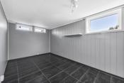 Soverom i underetasjen har flislagt gulv med gulvvarme. Soverommet har mange innredningsmuligheter og plass til bla. dobbeltseng, garderobeskap, nattbord og arbeidspult/kontorsone.