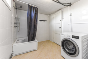 Bad/Vaskerom er innredet med dusjkabinett, varmtvannsbereder og opplegg og plass til vaskemaskin.