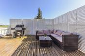 Boligen har en lun og koselig terrasse uteplass skjermet med levegger, perfekt plass for grilling.