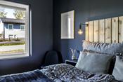 Soverommet er malt i en mørk og behagelig blåfarge.