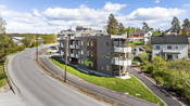 Hyggelige fellesområder i sameiet med lekeplass, sittgrupper og asfalterte internveier.