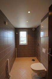 Per i dag mangler badet ferdigstillelse i form av baderom innreddning bortsett fra toalett. Baderom er innreddet med vegghengt toalett og opplegg for vaskemaskin. Gulv med  varmekabel. Downlights montert i taket