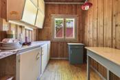 Kjøkkenet ligger i et eget rom med god plass.