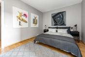 Her er det god plass til dobbeltseng, nattbord og tilhørende møblement.