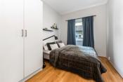 Soverom 2 er av god plass til dobbeltseng, nattbord og tilhørende møblement. Her er det også et godt garderobeskap.