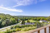 Her kan du nyte utsikten fra din egen solrike terrasse.