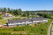 Det er gangavstand til Nordby barne- og ungdomsskole og i tilknytning til skolen er det et flott idrettsanlegg med svømmehall, innendørs hall med tribune og utendørs gress- og grusbaner.