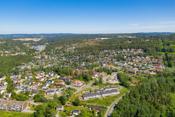 Det er kun 200 meter til nærmeste bussholdeplass som har hyppige avganger til Vinterbro senter (hvert 15. minutt), samt Ytre Enebakk og Ski to ganger i timen. Fra Vinterbro/Sjøskogen (ved Nessetveien) går det buss hvert 10. minutt til Oslo!