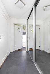Lys og innbydende entré som har en romslig skyvedørsgaderobe med speildører. Det er fliser med varmekabler på gulv.