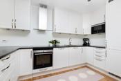 Det er montert downligths i taket for god belysning, i tillegg til lys under skap. Kjøkkenet har integrert komfyr, koketopp, oppvaskmaskin, mikro og kjøleskap.