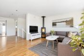 Åpen stue- og kjøkkenløsning med store vindusflater mot sydvest som gir mye naturlig lys til rommet.