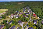Boligen er beliggende på et rolig boligfelt på Fagerstrand i Nesodden kommune som er godt egnet for barnefamilier, husdyreiere og etablerere! Det er umiddelbar nærhet til flotte turområder.