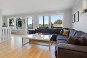 Stor og åpen stue med store vindusflater slik at rommet får mye naturlig lys.