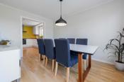 Spisestuen er praktisk plassert med nærhet både til kjøkken og stue.