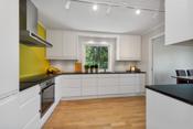 Ved komfyr og koketopp er det malt en kreativ farge, og ellers er rommet holdt i lyse farger.