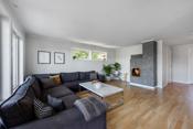 I stuen er det montert en nyere, delikat vedovn som  varmer godt på kalde vinterdager og gir en god stemning.