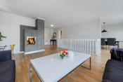 Rommet har god plass til en sofa for helle familien i tillegg til en spisestue med enkel adkomst til kjøkkenet.