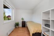 Soverom 4: Rom i underetasjen. De to soverommene som er vegg i vegg i underetasjen var opprinnelig et soverom  og kan enkelt tilbakeføres hvis det er behov.