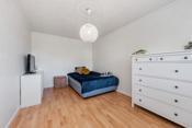 Soverom 2: Rommet har en veldig god størrelse med god plass til seng, skrivepult og garderobeskap.