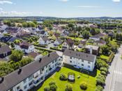 Boligen ligger i rolig og veletablert boligområde syd i Sarpsborg sentrum.