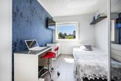 Det andre soverommet passer fint som barnerom eller gjesterom. Her er det plass til seng, skrivepult og garderobeskap.