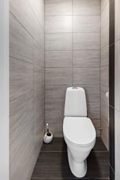 Separat toalettrom med frittstående toalett.
