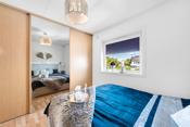 På hovedsoverommet er det god plass til dobbeltseng, nattbord og stor garderoberekke.