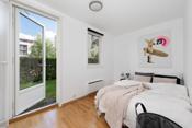 Soverom 2 har god plass til dobbeltseng og nattbord. Utgang til en skjermet og fin hage.