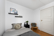 Her er det plass til seng, nattbord og tilhørende møblement. Det er også garderobeskap på dette rommet.