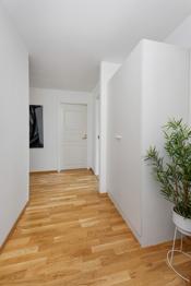 Lys entré med god plass til å henge fra seg yttertøy. Praktisk garderobe.