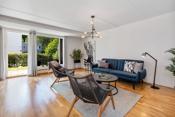 Stor og lys stue med god plass til sofagruppe med tilhørende møblement.