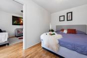 Her er det god plass til dobbeltseng, nattbord og stor garderoberekke.