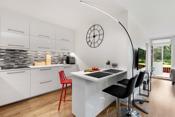 Rommet har god skap- og benkeplass for å tilberede måltider til hele familien og eventuelle gjester som kommer på besøk.