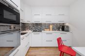Integrerte hvitevarer som induksjonstopp, stekeovn, mikrobølgeovn og oppvaskmaskin er bruksvennlig plassert.