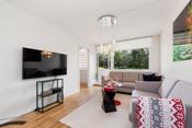 Stuen har god plass for sofamøblement, TV-seksjon og en velegnet spiseplass ved kjøkkensonen.