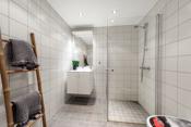 Bad 2 er et pent flislagt bad med varmekabler.