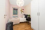 Soverom 3 er malt i en fin og lys farge. Praktisk garderobeskap på rommet-