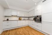 Kjøkkeninnridningen har godt med benk- og skapplass.