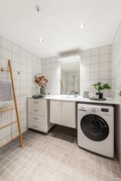Fra walk-in closete kommer man videre inn til ett av leilighetens to bad.