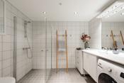 Pent flisagt bad med varmekabler.