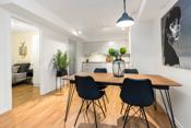 Med den åpne stue kjøkkenløsningen gir det er godt og sosialt rom.
