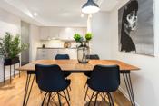 Mellom stuen og kjøkkenet er det god plass til spisegruppe.