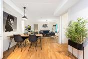 Stuen har åpen løsning mot et lyst og pent kjøkken.