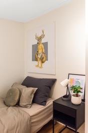 Her er det god plass til seng med tilhørende møblement. Her er det også et godt garderobeskap.
