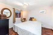 Det er to gode soverom i boligen som er fordelt på hver sin etasje.