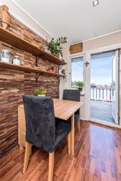Spiseplassen på kjøkkenet har en stilfull vegg, og det er utgang til nordvest vendt terrasse.
