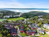 Holmlia har mange fine turområder på Grønliåsen med løypenett til Østmarka og oppkjørte skiløyper på vinteren. Det er også nærhet til kyststi, Hvervenbukta og mange flotte badeplasser.