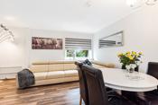Stuen har god plass for sofamøblement, TV-seksjon og en spiseplass.